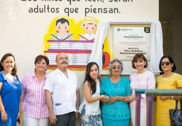 """La develación de la placa con la que se nombró como la destacada profesora a la biblioteca del preescolar """"Manuel Alcalá Martín"""". (Novedades Yucatán)"""