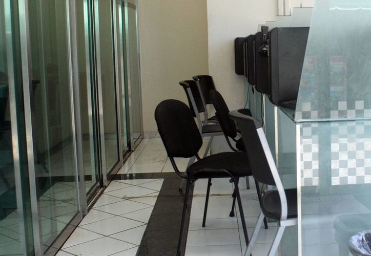 Existen en Cancún 75 negocios que ofrecen el servicio de Internet por horas además de telefonía, copias o servicios de papelería u oficina. (Sergio Orozco/SIPSE)