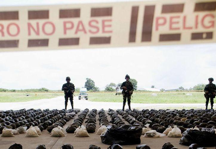 Integrantes del Ejército de Colombia presentan las 3.9 toneladas de cocaína. (EFE)