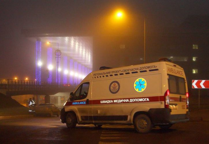 Una ambulancia cerca del aeropuerto de Donetsk, Ucrania. (EFE)