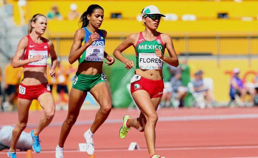 La mexicana Brenda Flores (d), quien hace menos de 48 horas ganó plata en los 5 mil metros planos (foto) en los Juegos Panamericanos de Toronto, ahora ganó oro en  10 mil metros planos. (Notimex)