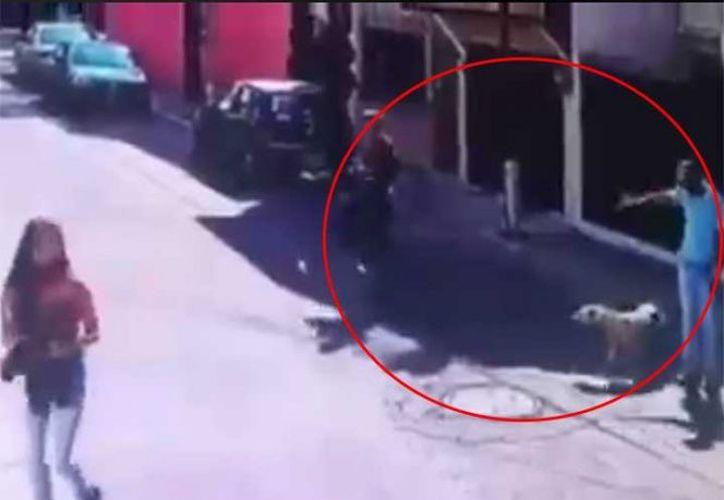 Una cámara de seguridad captó el momento en que dos sujetos asaltan a plena luz del día. (Foto: Excélsior)