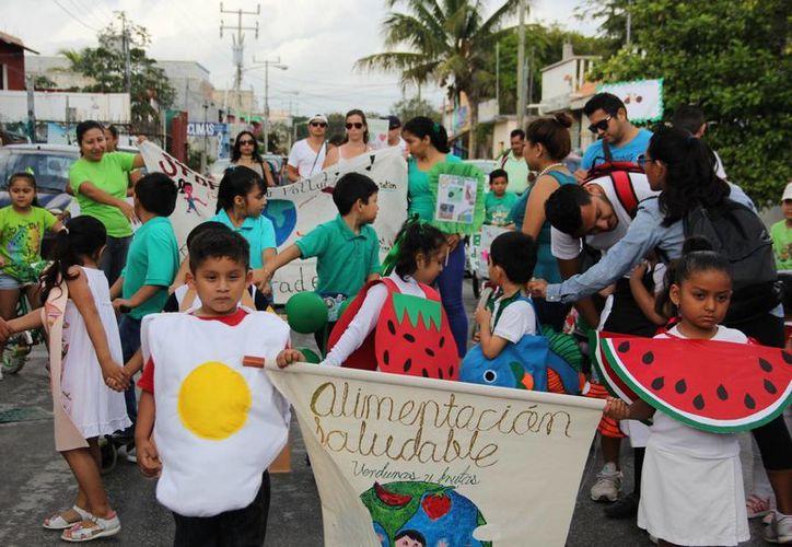 Estudiantes de kinder y primaria desfilaron en honor al inicio de la primavera. (Rossy López/SIPSE)