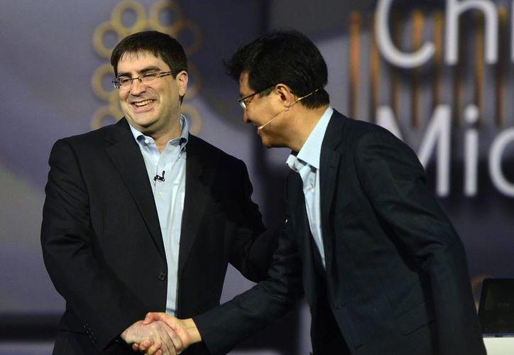El presidente de Samsung Electronics, Stephen Woo, y el director de Estrategia Técnica de Microsoft, Eric Rudder, se saludan en la Feria CES, de Las Vegas, Nevada (EU). (Archivo/EFE)