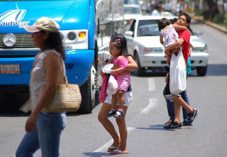 Personas que demoren en cruzar la calle podrían ser multadas, según el reglamento municipal. (Segio Orozco/SIPSE)