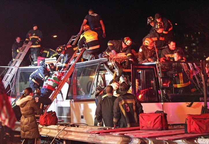 El autobús transportaba 42 personas y regresaba al área de Filadelfia cuando chocó. (AP)