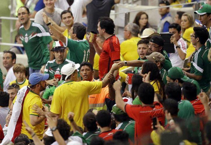 FIFA dice que los lugares no pertenecen a clientes de corporativos, sino a aficionados que dejaron perder sus lugares. (AP)