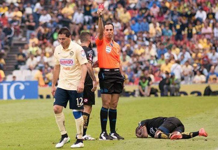 Pablo Aguilar fue suspendido un año de la Liga MX, luego de propinar un cabezazo al árbitro central.(Foto tomada de Mediotiempo)