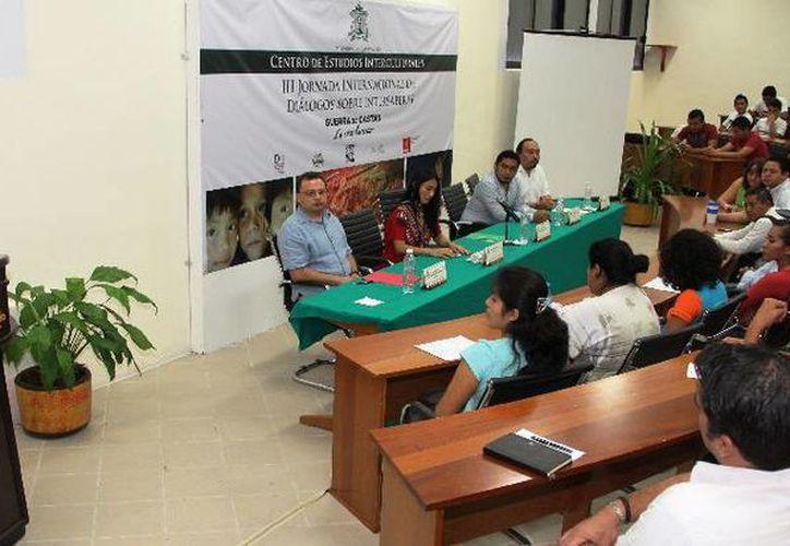 Estudiantes, académicos y publico en el evento de dialogo universitario. (Cortesía/Uqroo)