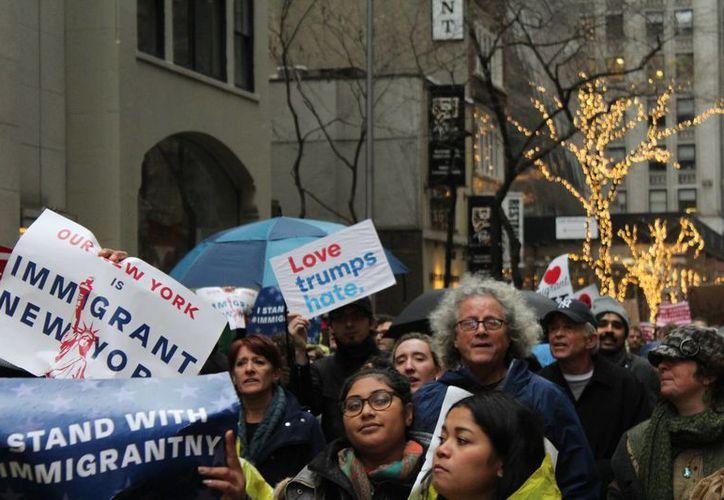 Imagen del 18 de diciembre de 2016, cuando cientos de personas marcharon en Nueva York para protestar contra las propuestas migratorias del presidente electo Donald Trump yo contra las agresiones a la comunidad migrante en Estados Unidos. (Archivo/Notimex)