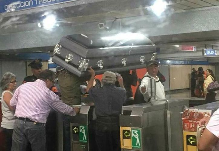 Cuatro personas solicitaron ingresar al metro con un ataúd. (Foto: Excélsior)