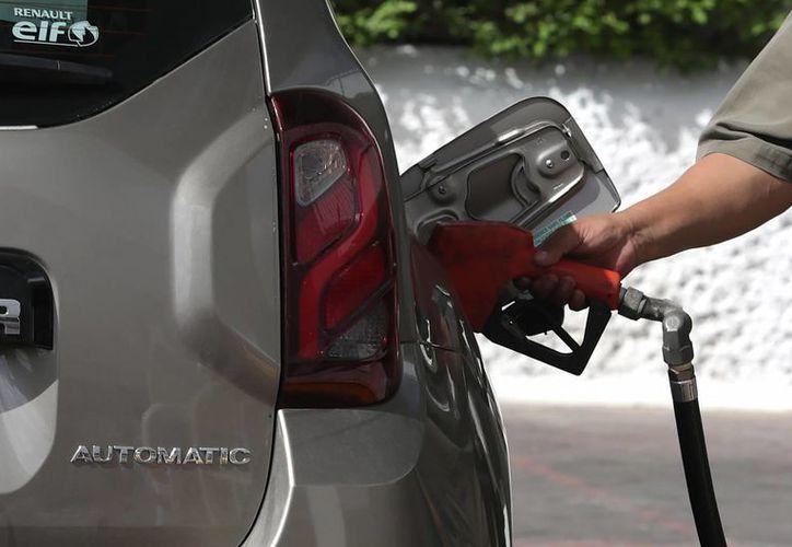 Hacienda mantiene en sus previsiones nuevos 'ajustes' a los precios máximos de las gasolinas y el diésel los días 4 y 11 de febrero. (Archivo/Notimex)