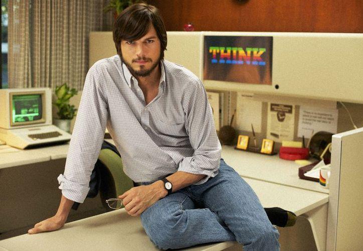 """El filme protagonizado por Ashton Kutcher relata los """"30 años determinantes en la vida de Steve Jobs"""". (Agencias)"""