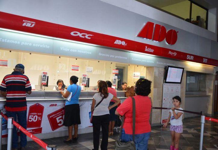 La terminal de autobuses ADO registra una afluencia de mil 200 personas por día. (Gerardo Amaro/SIPSE)