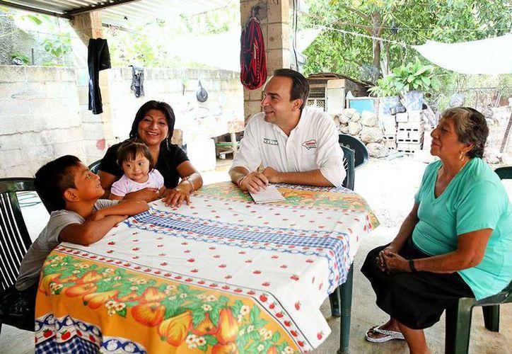 La señora Teresa Arana Cordero invitó al candidato al Alcaldía de Mérida, Nerio Torres Arcila, a visitar su domicilio. Ahí, el aspirante, escuchó de viva voz los problemas que vive la gente de escasos recursos. (Cortesía)