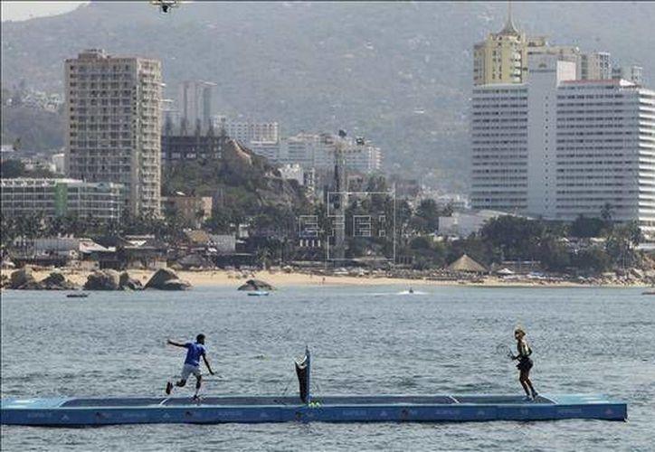 El búlgaro Dimitrov y canadiense Bouchard juegan tenis flotante en la bahía de Acapulco. (EFE)