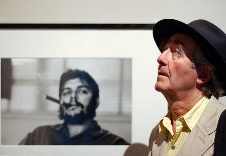 En esta foto del 24 de junio del 2004, el fotógrafo suizo Rene Burri posa frente a su más famoso retrato del Che Guevara, tomado en La Habana en 1961, la imagen se encuentra en el Museo del Elíseo en Lausana, Suiza. (Agencias)