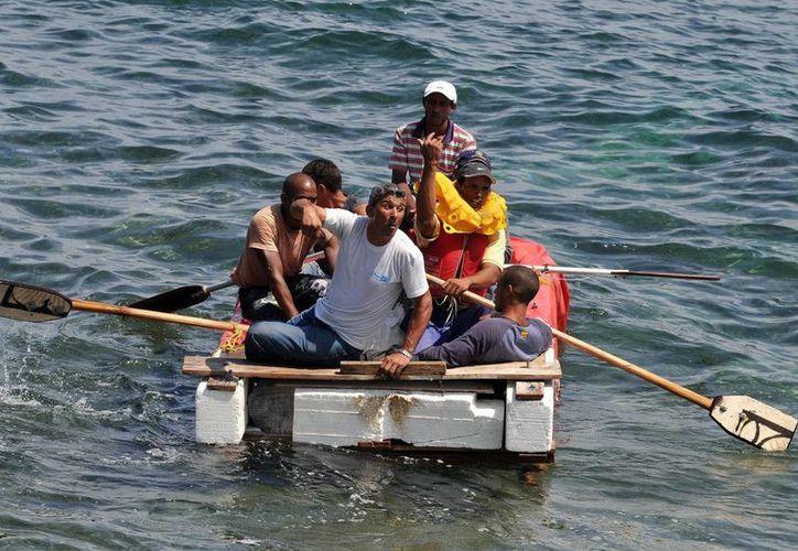 En la imagen, un grupo de cubanos a bordo de una embarcación rústica que intenta salir de la isla en La Habana, Cuba. (EFE/Archivo)