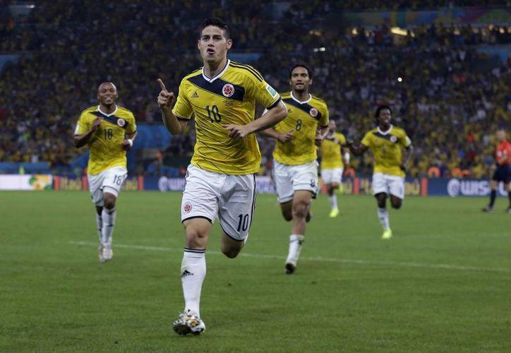 James Rodríguez hizo los dos goles del partido y llegó a cinco, por lo que es el nuevo líder de goleo del torneo. (Foto: AP)