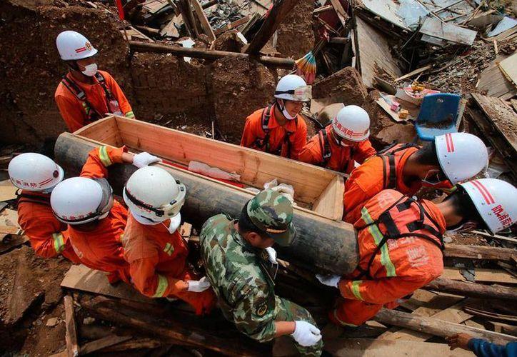 El saldo preliminar del fuerte temblor en China es de un muerto y más de 300 heridos. La imagen no corresponde al hecho, sino al rescate de víctimas de otro sismo, registrado también en China, en agosto pasado. (Archivo/Efe)