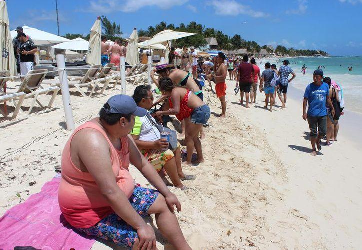 El club de playa colocó una barrera física de postes y lazos. (Adrián Barreto/SIPSE)