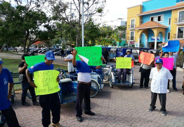 Se presentaron con pancartas en la explanada de la plaza cívica 28 de Julio. (Daniel Pacheco/SIPSE)