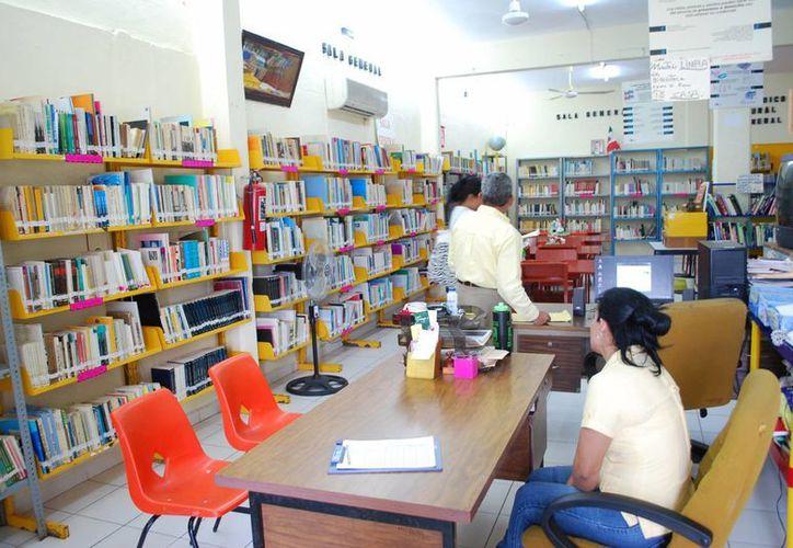 La sala de lectura se encuentra en buenas condiciones en cuanto a infraestructura y acervo cultural. (Tomás Álvarez/SIPSE)