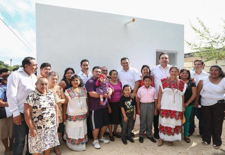 El gobernador de Yucatán, Rolando Zapata Bello, con los beneficiarios. (SIPSE)