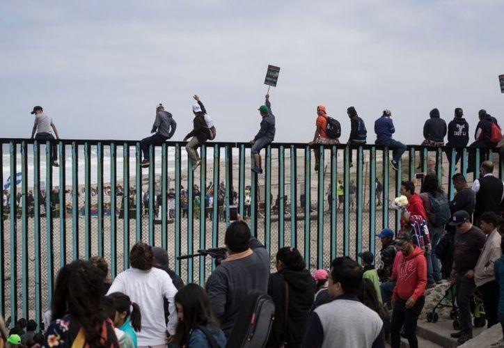 Padres migrantes claman por sus hijos y familiares en la frontera México- EU