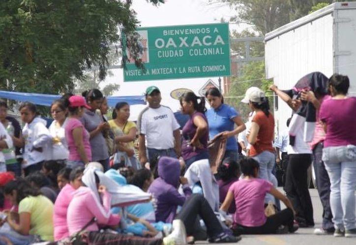 Los maestros realizaron las protestas después del horario de clases en la Ciudad de Oaxaca. (consulta.com)
