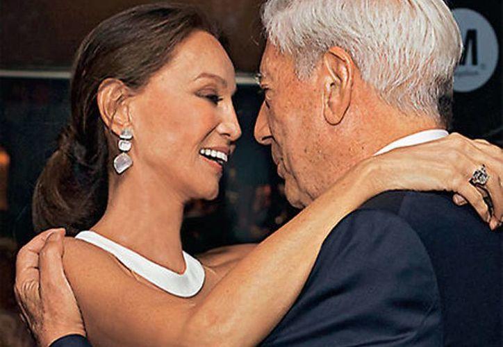 Imagen de Isabel Preysler y Mario Vargas Llosa, de su primer baile en público, en un viaje a Lisboa. (hola.com)