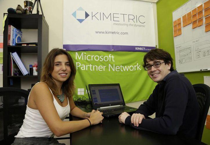 Fiorella Niro, a la izquierda, y Alejandro Muther, ambos de Argentina y con la compañía Kimetric, posan en su oficina en Venture Hive, en Miami, Florida. (Agencias)