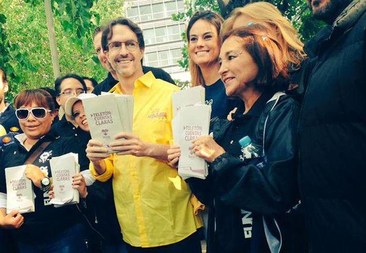 Fernando Landeros acompañado de varios voluntarios salió a la calle a volatear e invitar a la gente a visitar los Centros de Rehabilitación Infantil Teletón. (@David_SantiagoH)