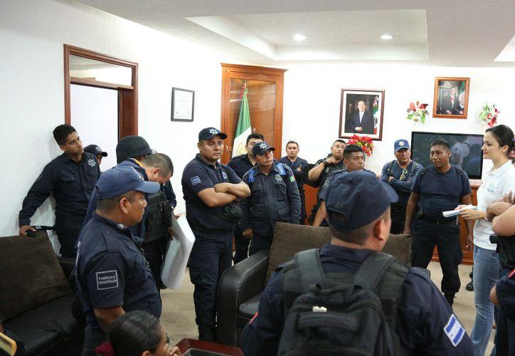 El grupo de policías fue atendido primeramente en presidencia municipal. (Cortesía)