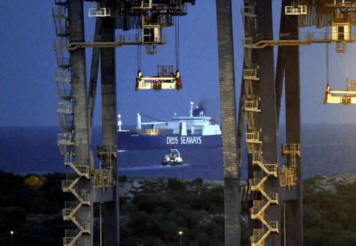 El carguero danés Ark Futura llega al puerto de Gioia Tauro en el sur de Italia con un cargamento de armas químicas sirias entregadas a las potencias occidentales para su destrucción.(Agencias)