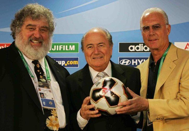 Chuck Blazer (i) admitió haber recibidos sobornos para votar a favor de que Sudáfrica fuera sede del Mundial de 2010. En la foto, de 2005, con Josep Blatter (c), quien acaba de renunciar a la presidencia de FIFA, y Franz Beckenbauer, directivo de la Federación Alemana de Futbol. (Foto tomada de nydailynews.com)