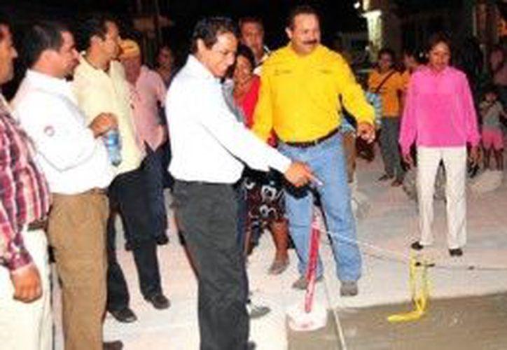 El presidente supervisó las obras de pavimentación. (Cortesía/SIPSE)