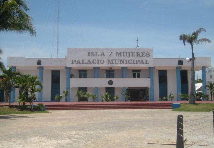 Unos 40 empleados se reunieron en el Palacio Municipal. (Lanrry Parra/SIPSE)