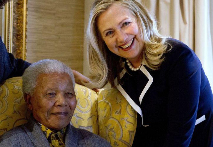 La secretaria de Estado Hillary Rodham Clinton, con el ex presidente sudafricano Nelson Mandela. (Agencias)