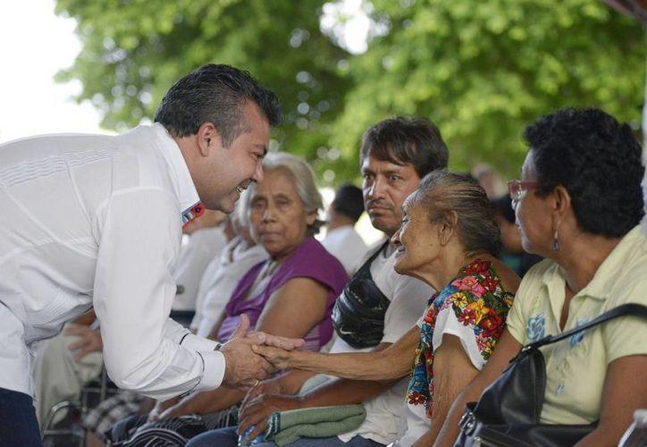 Abuelitos, niños y adultos se beneficiaron con la donación de las sillas de ruedas.  (Redacción/SIPSE)