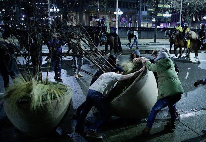 La situación se vio agravada por el estado etílico de algunas personas que recibieron cervezas gratis. (Twitter)