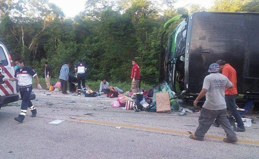 Los pasajeros resultaron lesionados debido a que el camión se salió de la cinta asfáltica. (Redacción/SIPSE)