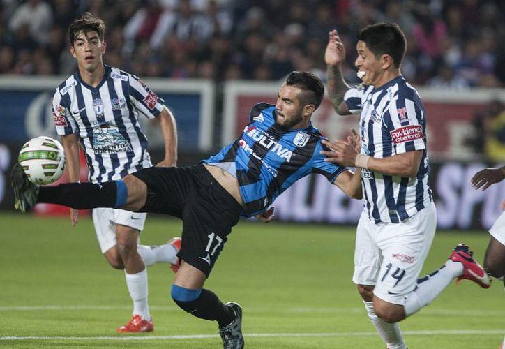 Mario Osuna (c) disputa el balón a German Cano y Rodolfo Pizarro, de Pachuca, que ganó 2-0 el partido de ida de semifinal del Futbol Mexicano a Gallos Blancos. (Foto:AP)