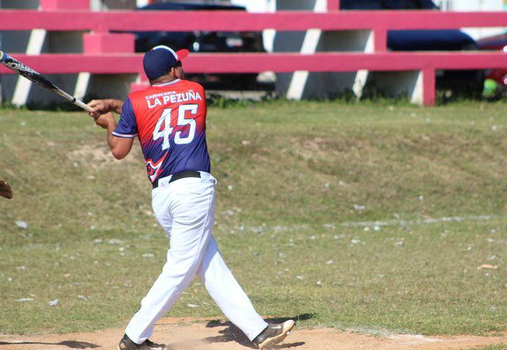 La Liga de Sóftbol de la colonia Proterritorio es liderada por los Piratas Pascuales de la Pezuña y la Pollería Mixtán. (Miguel Maldonado/SIPSE)
