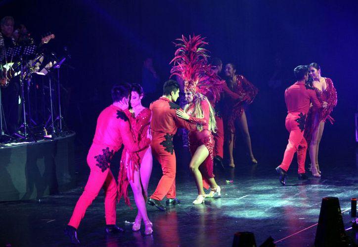 Estrellas de la tele, como Maribel Guardia, Liz Vega y Carlos Eduardo Rico, en busca de transportar al público a la época de Dámaso Pérez Prado. (Agencia Reforma)
