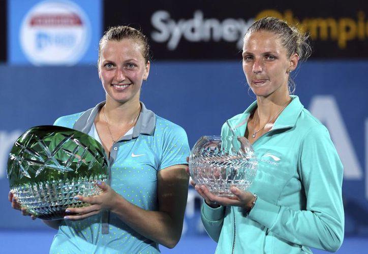 La campeona del torneo de Sidney, Petra Kvitova (i) y la perdedora de la final, Karolina Pliskova, durante la premiación. (Foto: AP)