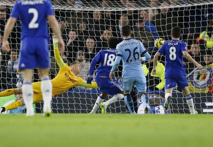 Loic Remy (c), que jugó en reemplazo del sancionado Diego Costa, abrió el marcador a favor del líder Chelsea, que no pudo conservar su ventaja y empató en casa ante el Manchester Ciry.