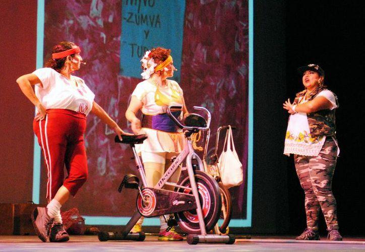 'Las puruxonas de Dzemul' tuvieron una buena presentación dentro del festival del teatro el martes pasado. En la foto, las protagonistas de la puestas en escena. (Milenio Novedades)