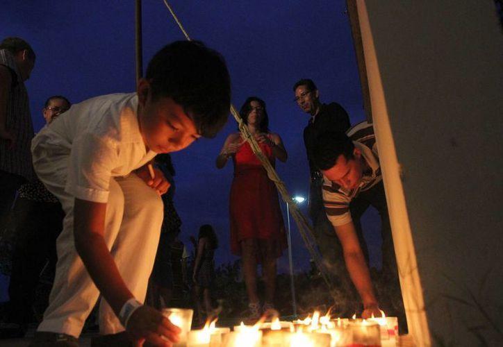 Familiares y amigos de Sigfrido Paz Paredes, depositaron veladoras a los pies de la placa conmemorativa que lleva su nombre. (Archivo/SIPSE)