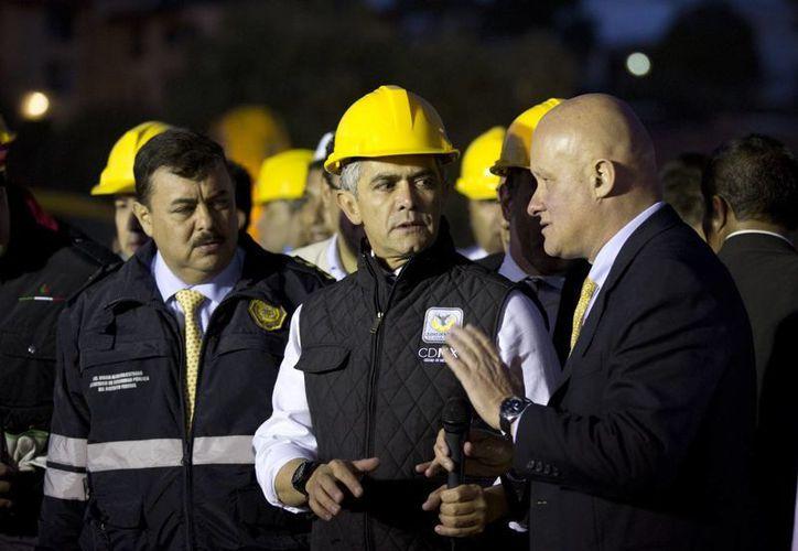 El jefe de Gobierno del DF, Miguel Ángel Mancera, informó que ya no hay personas entre los escombros luego de la explosión en el hospital. (Agencias)